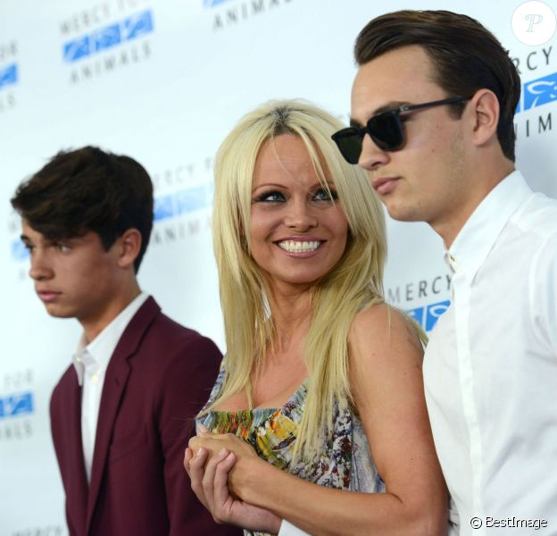 "Pamela Anderson et ses fils Brandon Lee, Dylan Lee- Tapis rouge du "" Mercy for Animals Hidden Heroes Gala 2015 "" à Los Angeles Le 29 Août 2015"