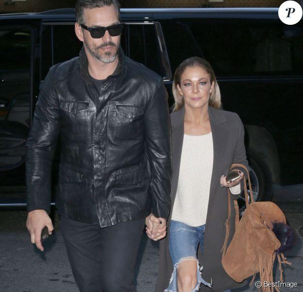 """Eddie Cibrian et sa femme LeAnn Rimes arrivent à leur hôtel à New York. Plus tôt dans la journée, la chanteuse faisait une apparition sur le plateau TV de l'émission """"The View"""". Le 30 novembre 2015"""