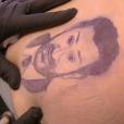 """L'animateur Julien Lepers s'est fait tatouer le visage de Cyril Hanouna dans l'émission """"Touche pas à mon poste"""" sur D8. Le 13 janvier 2016."""