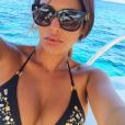 Selfie sexy à Porto Cervo sur un bateau pour Ayem Nour