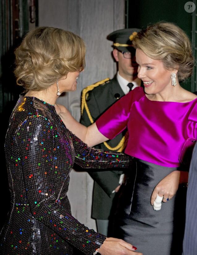 La reine Mathilde de Belgique, blessée à un doigt, accueille la reine Maxima des Pays-Bas au Palais des beaux-arts de Bruxelles le 22 janvier 2016 pour un concert donné en l'honneur de la présidence néerlandaise de l'Union européenne.