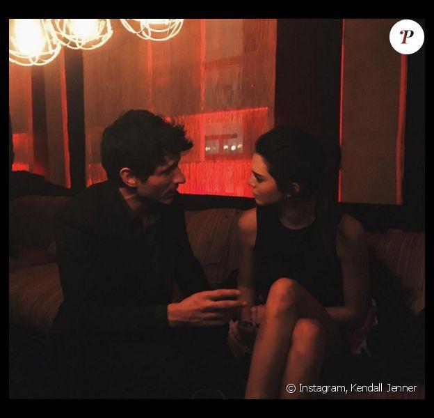 """Andres Velencoso et Kendall Jenner en pleine discussion lors de la soirée """"Tribal Spirit"""" de Mango. Barcelone, le 28 janvier 2015."""