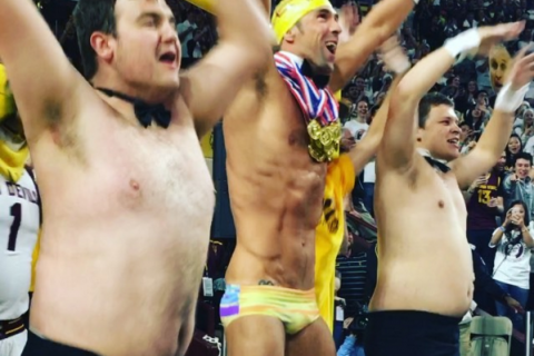 Michael Phelps à demi-nu : Le strip-tease de la star en plein match de basket