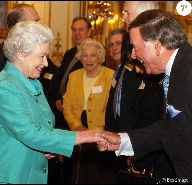Sir Terry Wogan et la reine Zlizabeth II à Buckingham Palace à Londres, le 1er mars 2005