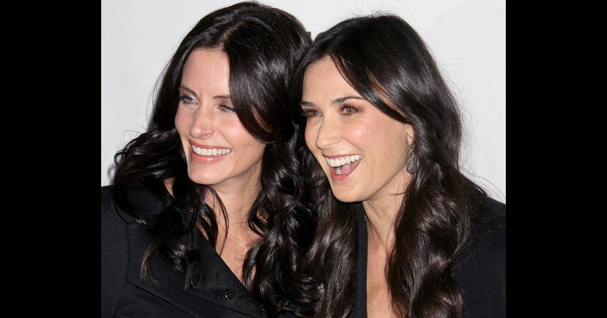reportage photos demi moore et courteney cox de vraies soeurs jumelles purepeople. Black Bedroom Furniture Sets. Home Design Ideas