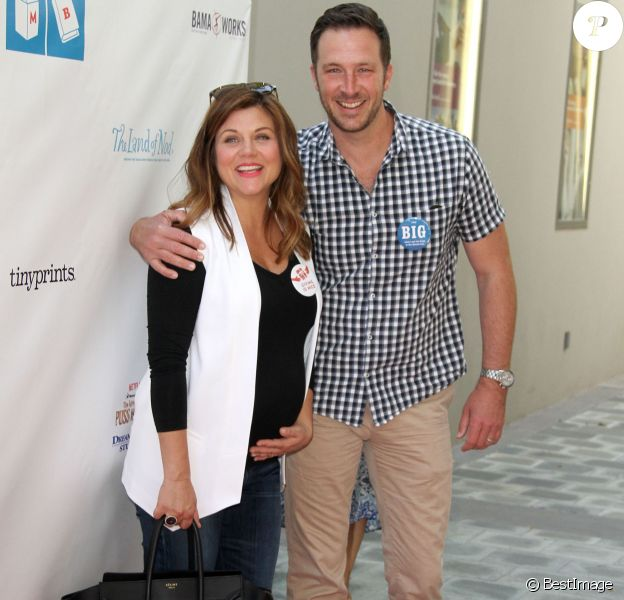 "Tiffani Thiessen, enceinte et son mari Brady Smith à la 6ème soirée annuelle de "" Milk+Bookies "" à Los Angeles, le 19 avril 2015"