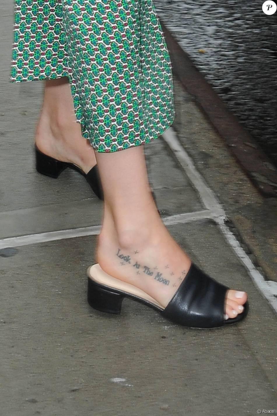 Dakota Johnson Tatouage Sur Le Pied A New York Le 10 Septembre