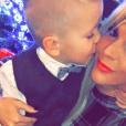 Amélie Neten et son fils Hugo (4 ans) sur son 31 pour célébrer Noël. Décembre 2015.