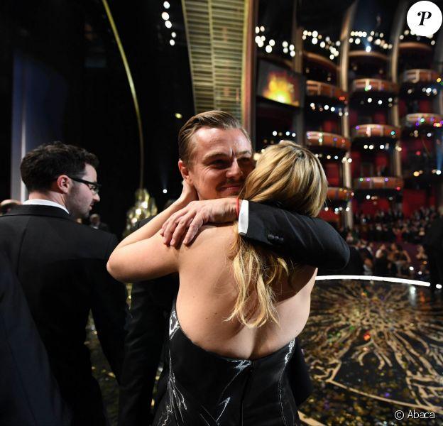 Leonardo DiCaprio félicité par son amie Kate Winslet - 88e cérémonie des Oscars à Los Angeles le 28 février 2016