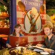 Renan Luce et sa femme Lolita Séchan posent au restaurant Bistrot Chez Rémy, dans le cadre de l'ouverture de la nouvelle attraction de Disneyland Paris, Ratatouille : L'Aventure Totalement Toquée de Rémy. Le 5 juillet 2014.