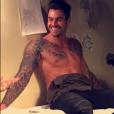 """Ricardo des """"Anges 8"""" chez le tatoueur, le 5 avril 2016"""