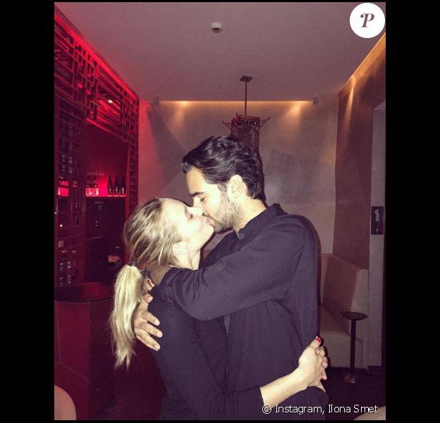 Ilona Smet embrasse son amoureux Kamran Ahmed (photo postée le 29 novembre 2015)
