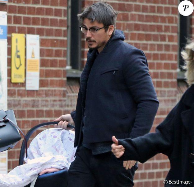 Exclusif - Josh Hartnett et sa compagne Tamsin Egerton sortent pour la première fois avec le bébé de la maternité à Londres, le 30 novembre 2015. © CPA/Bestimage
