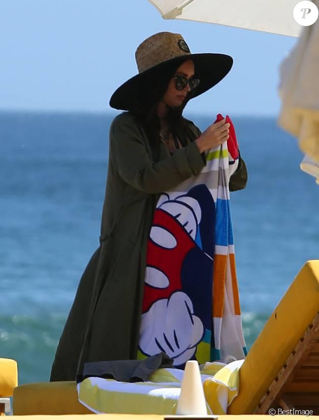 Megan Fox enceinte en famille avec son mari Brian Austin Green et leurs enfants Bodhi et Noah Green sur une plage à Malibu, le 30 avril 2016