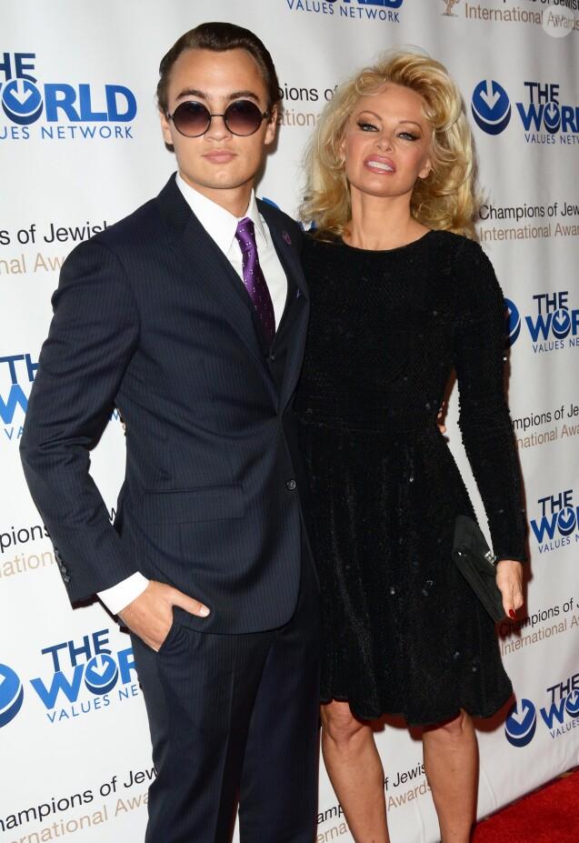 Brandon Thomas Lee et sa mère Pamela Anderson à la soirée du 4e Gala annuel Champions Of Jewish Values International Awards au Marriott Marquis Broadway Ballroom à New York, le 5 mai 2016