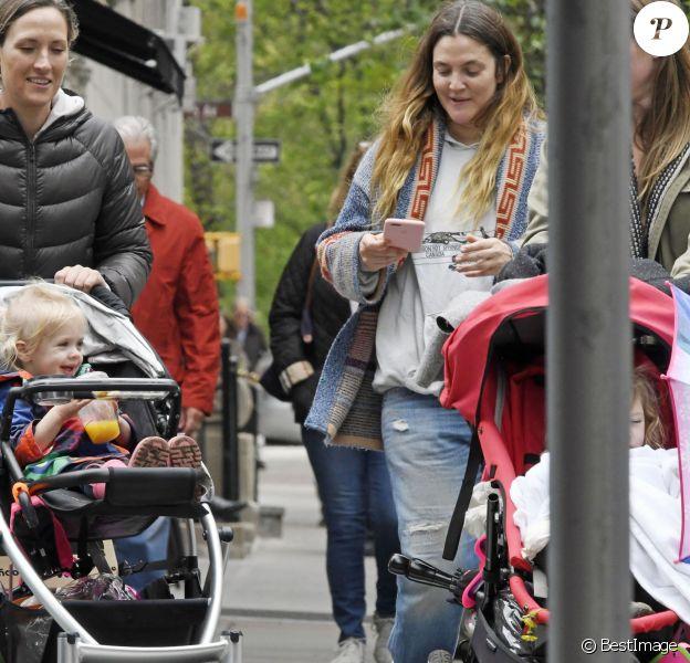 Exclusif - Drew Barrymore se promène avec ses enfants Olive et Frankie et leurs nounous-amies à New York le 7 mai 2016.