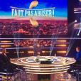 """Julien Courbet sur le plateau de """"Faut pas abuser"""" dans le premier prime sera diffusé le 10 mai sur D8."""