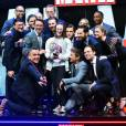 Selfie de Chris Evans, Robert Downey Jr, Sebastian Stan, Anthony Mackie, Jeremy Renner, Paul Bettany, Elizabeth Olsen, Paul Rudd, Tom Holland, Emily Vancamp, Daniel Bruhl et directors, Anthony Russo et Joe Russo avec Lottie French de Essex à la première de 'Captain America: Civil War' à Londres, le 26 avril 2016