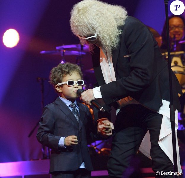 Michel Polnareff et son fils Louka sur scène - Jour 4 - Concert de Michel Polnareff à l'AccorHotels Arena de Paris le 11 mai 2016. © Coadic Guirec