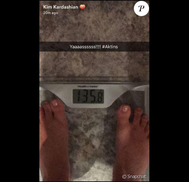 Toujours au régime, Kim Kardashian touche presque au but et se rapproche de son poids idéal. Elle pèse 63 kilos, il ne lui reste plus que deux kilos à perdre pour atteindre le poids qu'elle faisait avant sa deuxième grossesse. Photo publiée sur Snapchat, le 13 mai 2016