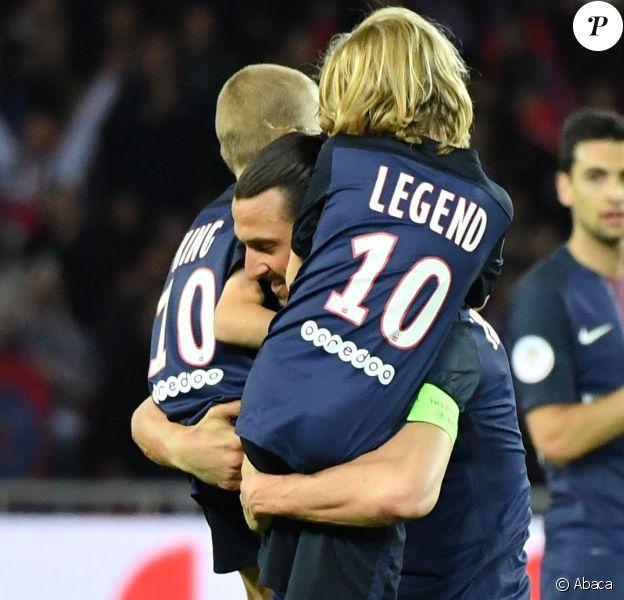 """Zlatan Ibrahimovic a fait ses adieux au Paris Saint-Germain le 14 mai 2016 au Parc des Princes lors de PSG-Nantes, quittant le terrain avant la fin avec ses fils Maximilian (9 ans, cheveux longs, portant le maillot floqué """"Legend"""") et Vincent (8 ans, portant le maillot floqué """"King""""), après avoir inscrit un dernier doublé en Ligue 1."""