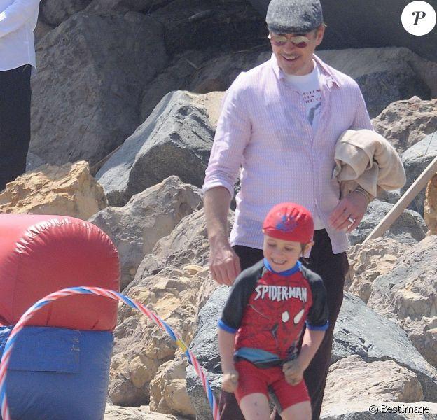 Robert Downey Jr. et son fils Exton Downey s'éclatent ensemble à la fête annuelle Memorial Day au domicile de Joel Silver sur la plage de Malibu, le 30 mai 2016