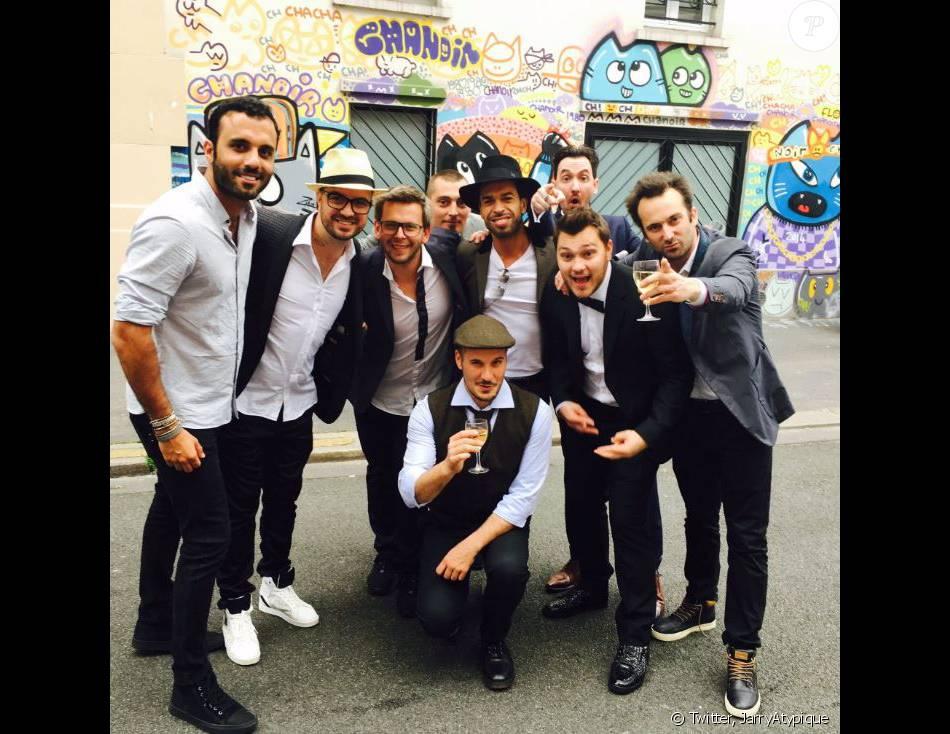 Jeff Panacloc avec ses amis le jour de son mariage. Photo postée sur Twitter par l'humoriste Jarry, le 28 mai 2016