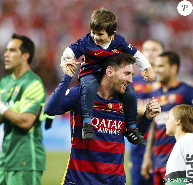 Lionel Messi et son fils Mateo - Le FC Barcelone remporte la Coupe du Roi contre Séville et s'offre le doublé à Madrid en Espagne le 22 mai 2016.