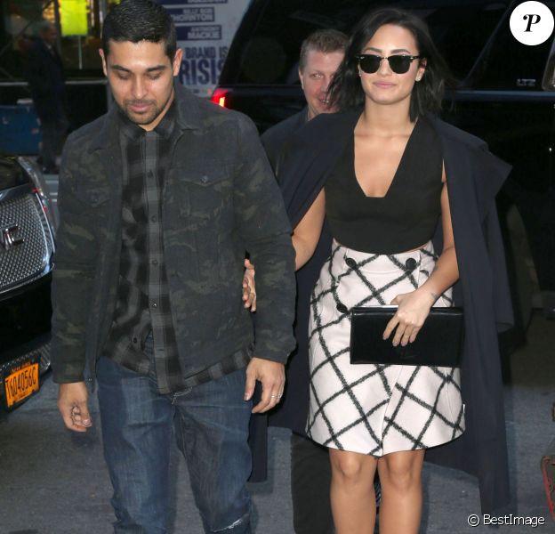 Demi Lovato et son compagnon Wilmer Valderrama main dans la main à New York le 26 octobre 2015.
