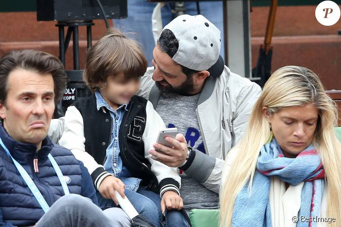 l 39 animateur cyril hanouna et son fils lino people dans les tribunes des internationaux de. Black Bedroom Furniture Sets. Home Design Ideas