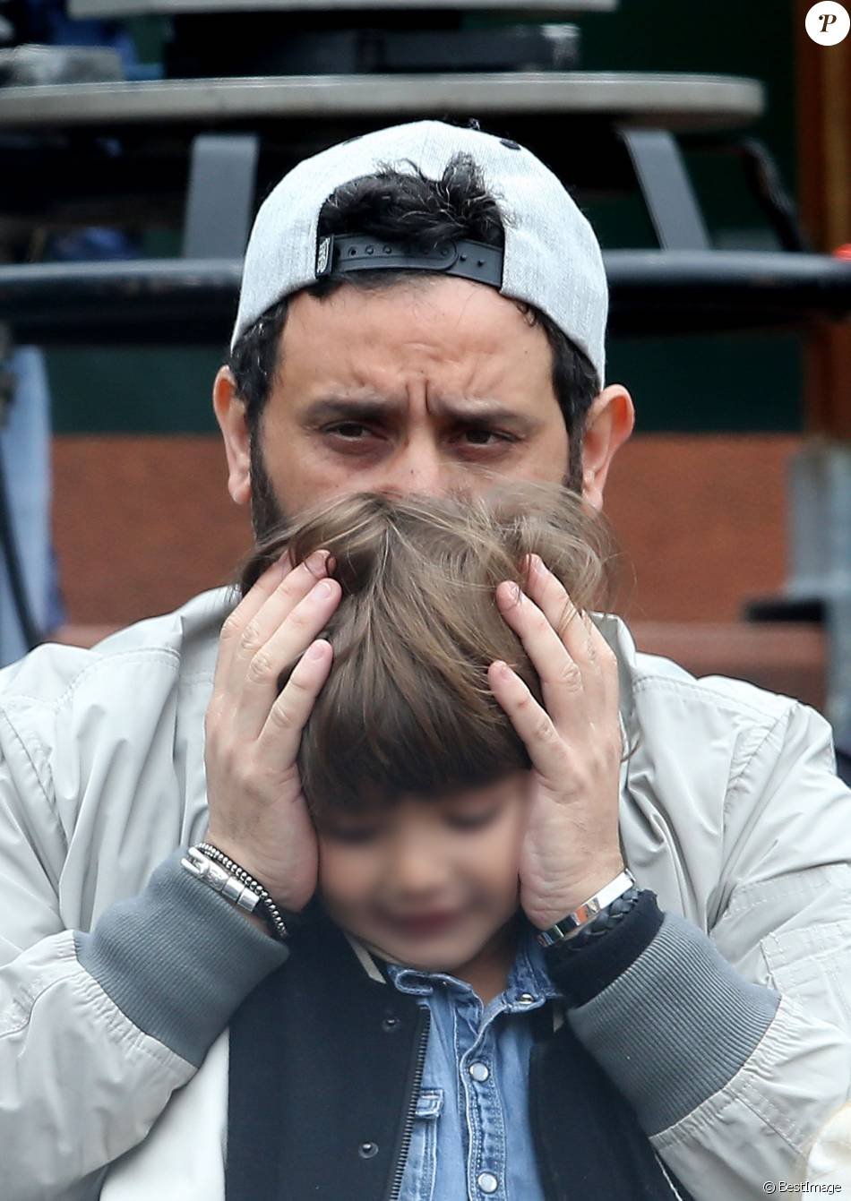 cyril hanouna et son fils lino moment de tendresse entre p re et fils people dans les. Black Bedroom Furniture Sets. Home Design Ideas