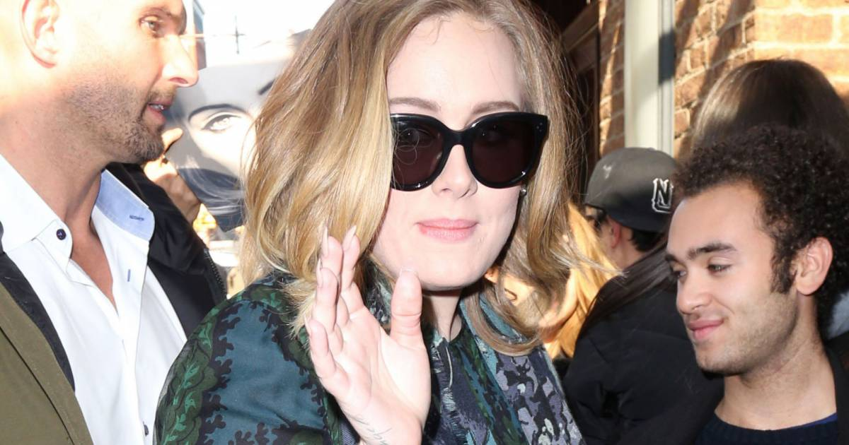 la chanteuse adele rencontre ses fans dans la rue new york le 25 novembre 2015. Black Bedroom Furniture Sets. Home Design Ideas