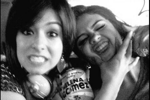 """Selena Gomez, le """"coeur brisé"""" : Christina Grimmie, assassinée, était son amie"""