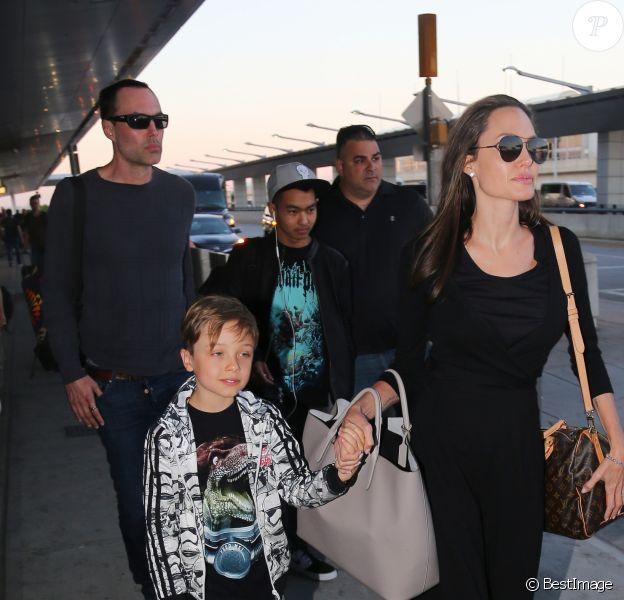 Angelina Jolie tenant la main de son fils Knox, son aîné Maddox les suit derrière - Arrivées à l'aéroport JFK de New York le 17 juin 2016.