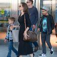 Angelina Jolie avec ses enfants Knox Leon Jolie-Pitt et Maddox Jolie-Pitt arrivent à l'aéroport JFK de New York le 17 juin 2016.