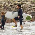 Exclusif - Anthony Kiedis fait du surf avec son fils Everly et un ami à Malibu, le 28 octobre 2015.