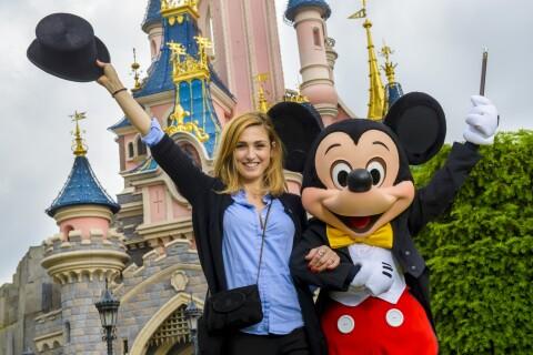 Julie Gayet complice avec Mickey face à Vincent Cassel rêveur à Disney