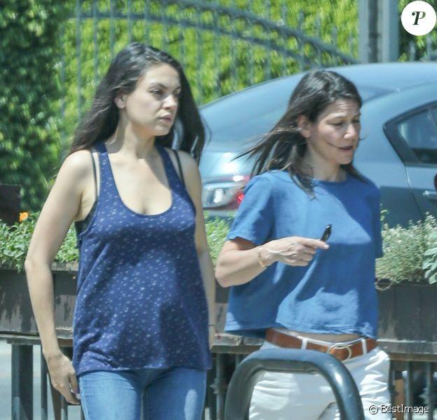 Les premières photos de son baby-bump - Mila Kunis enceinte est allée déjeuner avec une amie à Los Angeles, le 21 juin 2016.