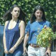 Mila Kunis enceinte est allée déjeuner avec une amie à Los Angeles, le 21 juin 2016.