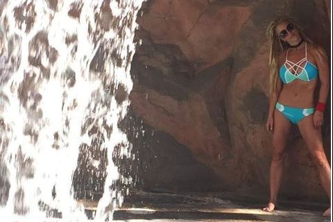 """Britney Spears : Sirène en bikini, elle tourbillonne contre les """"haters""""..."""