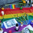 Hommage aux victimes d'Orlando devant l'ambassade des Etats-Unis à Varsovie en Pologne le 13 juin 2016.