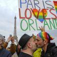 Hommage aux victimes de la boîte nuit gay Pulse à Orlando sur le parvis du Trocadéro à Paris, le 13 juin 2016. © Pierre Perusseau/Bestimage