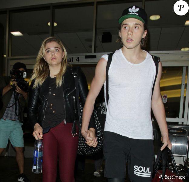 Chloë Grace Moretz et Brooklyn Beckham arrivent à l'aéroport de LAX main dans la main à Los Angeles, Californie, le 29 juin 2016.