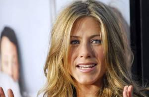 PHOTOS : Jennifer Aniston, déguisée en soubrette, elle embrasse un autre homme !