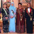 La princesse Aisha de Jordanie (2e en partant de la droite) avec sa belle-soeur la reine Rania de Jordanie (à gauche) et sa soeur jumelle la princesse Zein (à droite), entourant la seconde épouse du sultan de Brunei en 2008 lors d'une visite officielle.