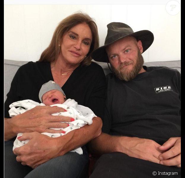 Caitlyn Jenner prend la pose avec son petit-fils et son fils aîné, Burt Jenner, sur une photo publiée sur Instagram dimanche 10 juillet 2016