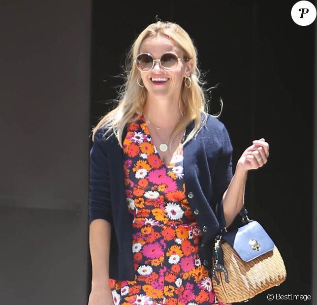 Reese Witherspoon, avec une petite robe à fleurs, se promène dans les rues de Los Angeles. Le 7 juillet 2016