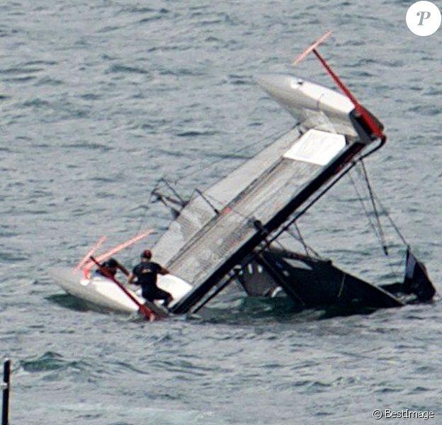 Exclusif - Pierre Casiraghi, son équipage et le Malizia, catamaran à foils qu'il barre, ont été victime d'un très impressionnant accident à Malcesine sur le Lac de Garde le 8 juillet 2016, lors du 2e jour de course de la 2e étape du GC32 Racing Tour. Malizia est entré en collision avec un bateau de presse semi-rigide. La collision n'a heureusement fait de dégâts que matériels.