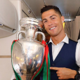 Cristiano Ronaldo avec son trophée de champion d'Europe, photo Instagram en juillet 2016