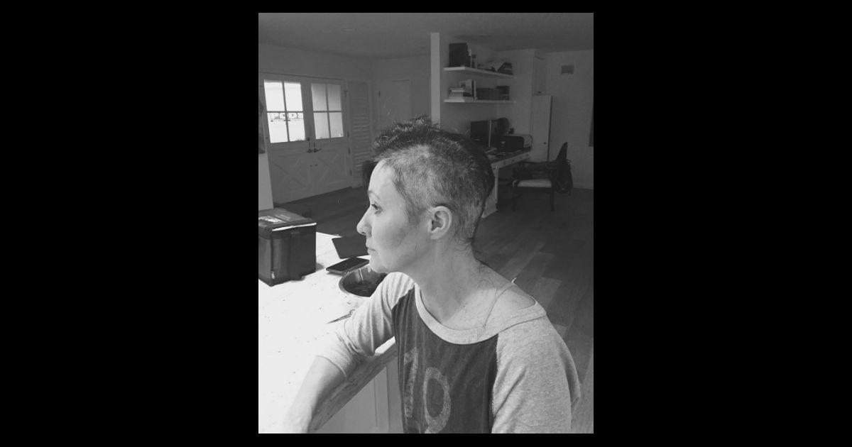 shannen doherty atteinte d 39 un cancer se rase le cr ne le 20 juillet 2016. Black Bedroom Furniture Sets. Home Design Ideas